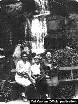 Валентина (Хая) Дудник разом із своїм сином та Раїсою Ларжевською під час першої після війни зустрічі із сім'єю Ларжевських в Умані, у середині 60-х років. Фото Yad Vashem (детальніше за посиланням https://bit.ly/3er12T7)