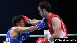 Известный таджикский боксер Баходур Усмонов (справа)