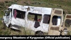 Микроавтобус после столкновения с грузовиком.