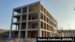 """""""Stoji tamo kao neka pečurka"""", kaže Tatjana Kovačević zagledana u ovaj objekat koji, kada je počela gradnja pre deset godina, je trebalo da bude nova bolnica u Gračanici kod Prištine."""