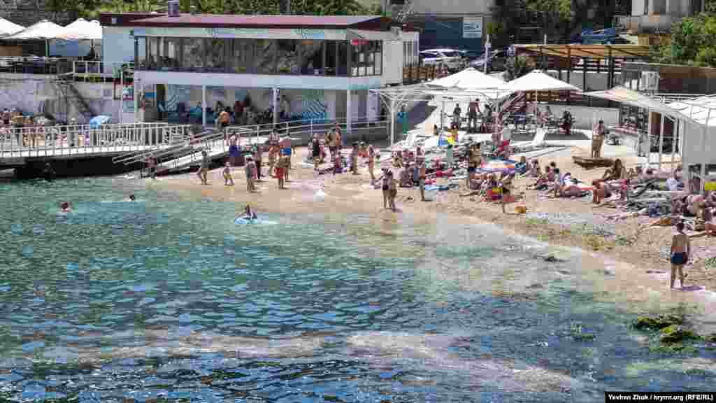 Однак жителі Балаклави та туристи купаються в морі
