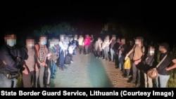 Адна з групаў затрыманых у Літве мігрантаў зь Беларусі, архіўнае фота