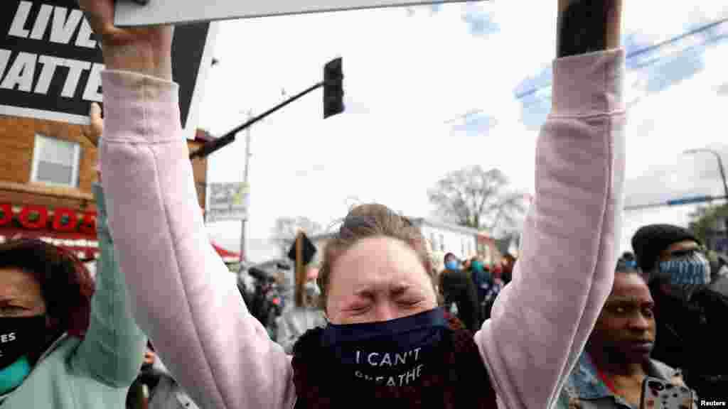 """Девојка носи маска со порака """"Не можам да дишам"""", кои беа последните зборови на Флојд откако полицаецот Шовин клечеше на неговиот врат повеќе од девет минути."""
