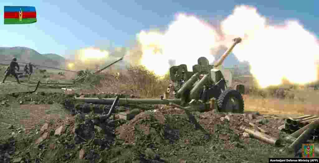 Әзербайжан әскері Армения күштерін зеңбіректен атқылап жатыр. Таулы Қарабақ, 20 қазан 2020 жыл.