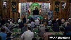 Vernici na molitvi u džamiji u Iranu uz mere fizičke distance, 12. jun