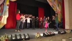 İldə 2 dəfə özünü asıb-kəsən teatr