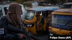 یک طالب مسلح در شهر کابل
