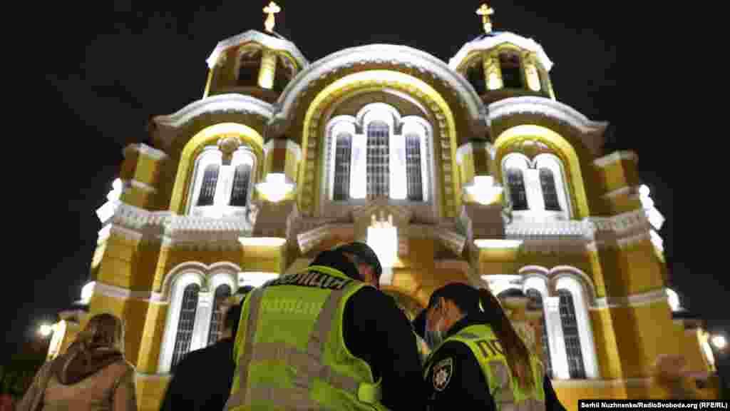 ЯкповідомилоМіністерство внутрішніх справ, за порядком і дотриманням карантину у Великодню ніч стежили 29 тисяч правоохоронців