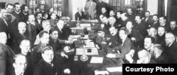 Ședința de constituire a Kominternului, 1919 (în centru - Vladimir Lenin, al doilea din dreapta, la capăt - Lev Troțki)
