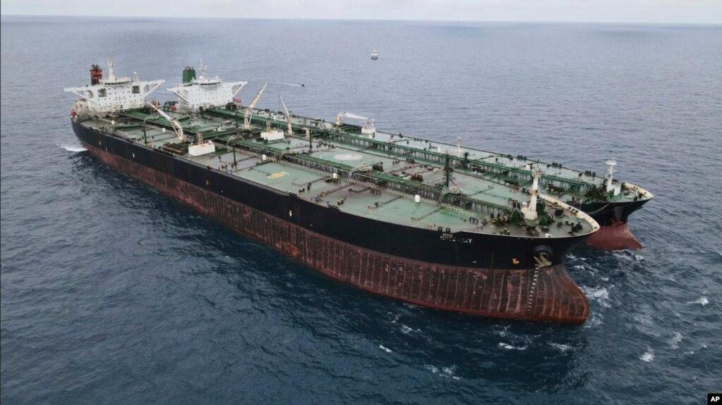 نمایی از نفتکشهای ایرانی و پانامایی که روز یکشنبه در آبهای اندونزی توقیف شدند.