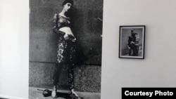 """""""Rad 'Behind the Scenes' – 'Iza kulisa'. To je fotografija nastala 1994. godine u opkoljenom Sarajevu. To je autoportret, ali fotografisan od modnog fotografa, u kontekstu koji je bio vrlo čudan, editorijala za italijanski časopis Moda"""", kaže Šejla"""