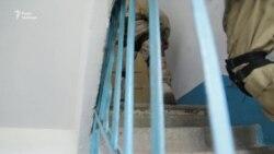 У багатоповерхівці Авдіївки внаслідок інтенсивних обстрілів обвалилися перегородки будинку (відео)