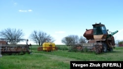 Сельхозтехника у одного из домов на улице Виноградной