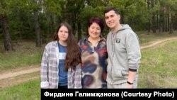 Зөлфия Галимҗанова (мәрхүмә) әнисе Фирдинә, абыйсы Зөлфәт белән. 9 майда бергә төшкән соңгы фотосы.