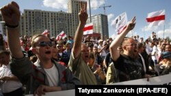 Рабочие Минского автозавода во время забастовки у здания Национальной телерадиокомпании. 17 августа 2020 года