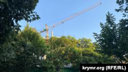 Подъемный кран на стройплощадке фирмы «Консоль» (вид со стороны улицы Гоголя), Севастополь, 18 августа 2021 года