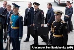 Российские офицеры несут ядерные чемоданчики во время прибытия президента России Владимира Путина на переговоры с лидером Северной Кореи Ким Чен Ыном во Владивостоке в апреле 2019 года