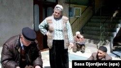 Egy albán nemzetiségű férfi beszélget egy biztossal Veliki Trnovac szerb faluban, a szerb‒koszovói határon a 2002. áprilisi népszámlálás idején