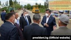 Президент Сооронбай Жээнбеков Ысык-Көл облусундагы ички жолдорун реконструкциялоо жана куруу иштери менен таанышуу учурунда. 3-август, 2020-ж. Каракол шаары.