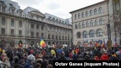 Câteva sute de oameni au protestat în Piața Universității/București împotriva măsurilor impuse în contextul pandemiei Covid-19