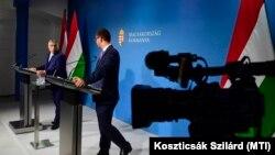 Orbán Viktor miniszterelnök és Gulyás Gergely, a Miniszterelnökséget vezető miniszter a Kormányinfó sajtótájékoztatón a Miniszterelnöki Kabinetiroda sajtótermében 2021. június 10-én.