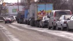 В Крыму – километровые очереди за российскими номерами (видео)