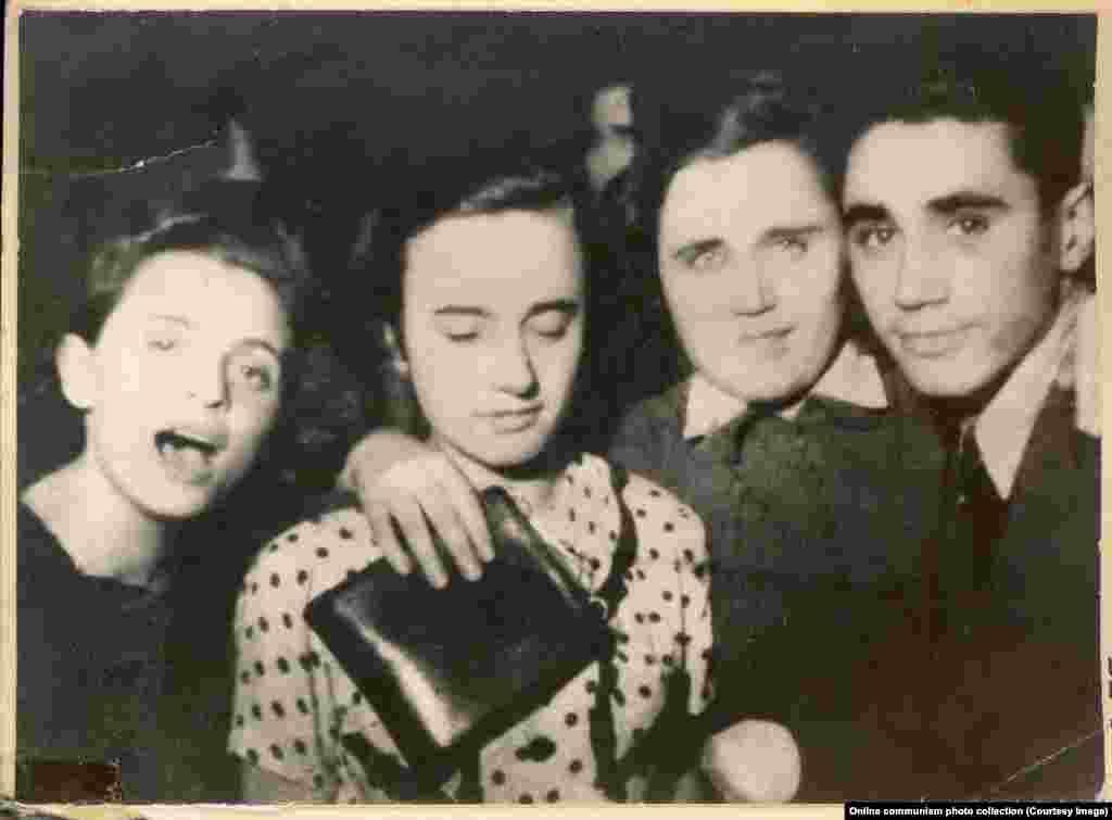 Elena Ceaușescu (centru stânga) în timpul tinereții, când participa la o petrecere cu prietenii.