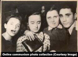 Юная Елена Чаушеску (вторая слева) с друзьями на балу.