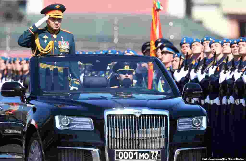 Міністр оборони Росії Сергій Шойгу вітає війська на Красній площі