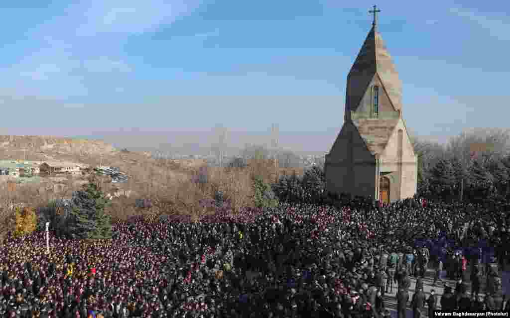 Воените гробишта Јераблур во Ереван на 19 декември. Во конфликтот загинаа скоро 3.000 Ерменци од 3 милиони жители.