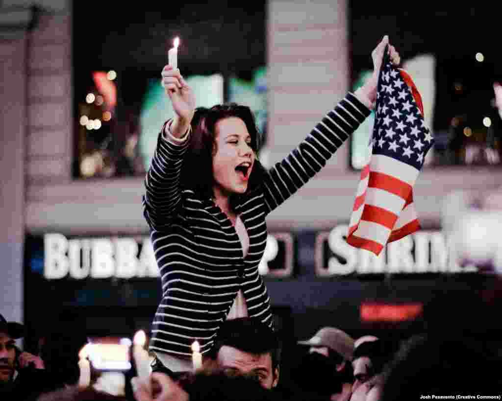 Жительница Нью-Йорка празднует весть о ликвидации бин Ладена. После того, как анализ ДНК тела лидера «Аль-Каиды» подтвердил его личность, он был похоронен американскими военными в море, согласно исламскому обычаю