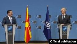 """""""Sigurnosni kriterijum u Crnoj Gori moraju biti zadovoljeni"""", kazao je Jens Stoltenberg (desno) na pres-konferenciji sa Zoranom Zaevom, 8. oktobar."""