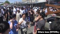 Торговцы протестуют против повышения арендной платы за торговые места. Шымкент, 11 июня 2021 года