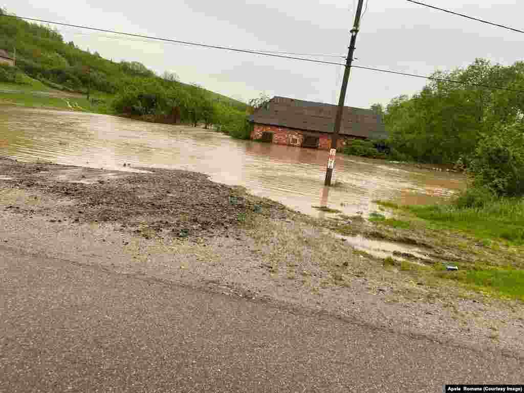 Casele au fost inundate de cantitatea de precipitații căzută într-un interval scurt de timp