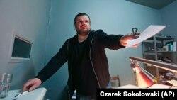 Рафал Гавал в офиса си в Полша през 2017 г., непосредствено след поредния обиск