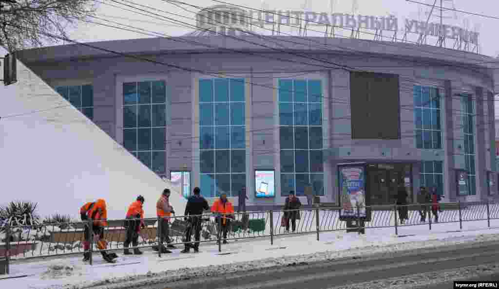 Робітників муніципального підприємства «Місто» з раннього ранку кинули на прибирання снігу