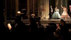 Maszkos est az operában