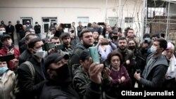 Встреча новой оппозиционной партии 12 марта в частном доме была сорвана толпой, собравшейся на улице и задававшей вопросы.