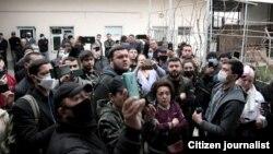 Группа блогеров и женщин ворвалась во двор частного дома, где должно было пройти собрание оппозиционной партии «Хакикат ва Тараккиёт». Ташкент, 12 марта 2021 года.