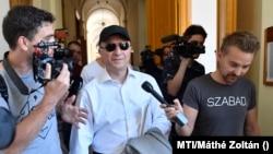 Nikola Gruevszki, az Észak-Macedóniában korrupciós és más bűncselekmények miatt elítélt volt miniszterelnök távozik a kaidatási tárgyalásáról 2019-ben. Magyaroroszág megtagadta Gruevszki kiadatását.