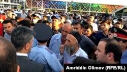 Даҳҳо нафар мусофирони дармонда, рӯзи 26-уми май, дар назди Фурудгоҳи Душанбе таҷаммуъ карданд.