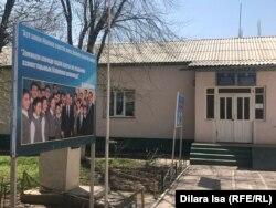 Баннер с изображением бывшего президента Казахстана Нурсултана Назарбаева во дворе школы. Село Багыс, 7 апреля 2021 года.