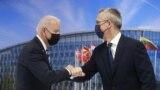 Президент Джо Байден (л) та Генеральний секретар НАТО Єнс Столтенберг вітаються під час саміту НАТО в штаб-квартирі Організації Північноатлантичного договору (НАТО) у Брюсселі, 14 червня 2021 року