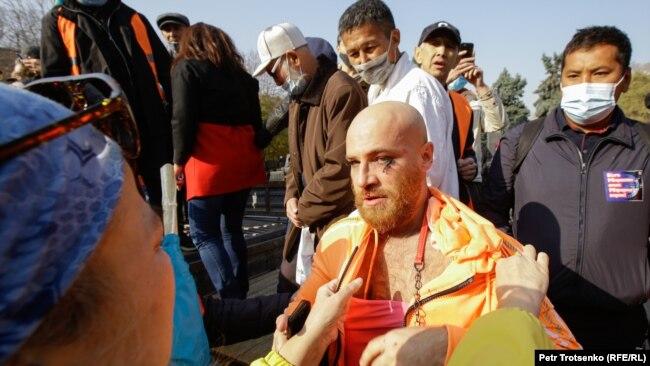 Нападение на Юрия Толочко, который пришел на митинг в женской одежде. Алматы, 31 октября 2020 года.