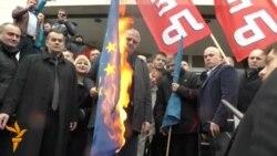 Шешељ пали знамиња во Белград, солзавец во Парламентот во Приштина