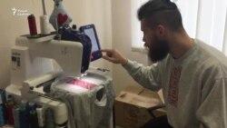 Малады хлопец з Маларыты робіць вышыванкі