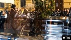 Vendégek ülnek egy étterem teraszán Nyíregyháza belvárosában, 2021. április 24-én