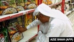 Човек купува басмати ориз во супермаркет.