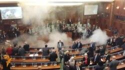 У парламенті Косова розпилили сльозогінний газ (відео)