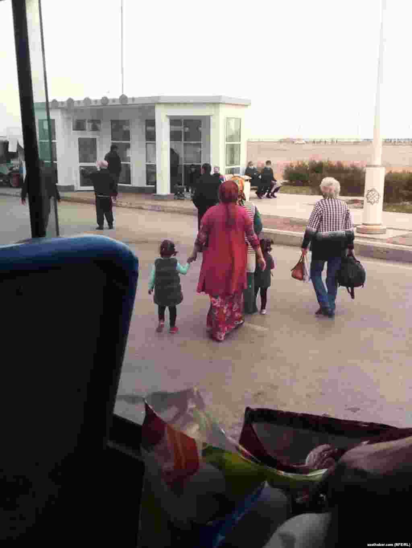 Люди в масках на автобусной остановке. Ашхабад, март 2021 года.